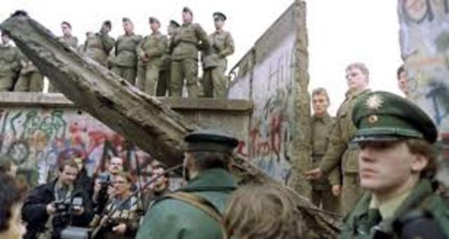 1989 A.D Berlin Wall falls
