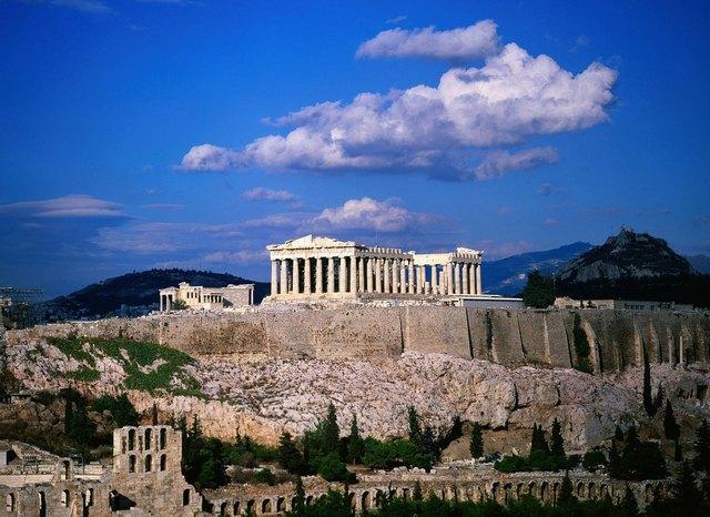 Regresa a Atenas.