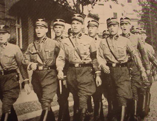 40.000 hombres de la SA y la SS son nombrados auxiliares de la Policía.