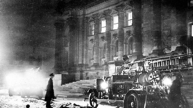 Incendio del edificio del Reichstag para generar un ambiente de crisis; los nazis culpan a los comunistas.