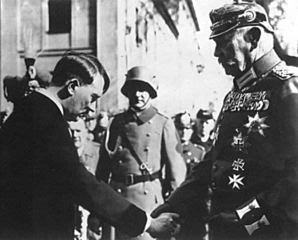 Adolf Hitler convence al presidente Paul von Hindenburg para invocar una cláusula de emergencia en la constitución de Weimar.