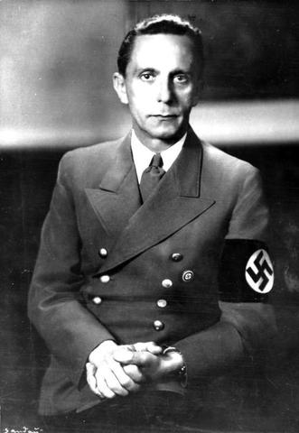 Joseph Paul Goebbels llama a la población a que boicotee las clínicas privadas de médicos judíos que inmediatamente son destrozadas.  Boicoteo a escala nacional de los negocios de propiedad judía con la aprobación del gobierno.