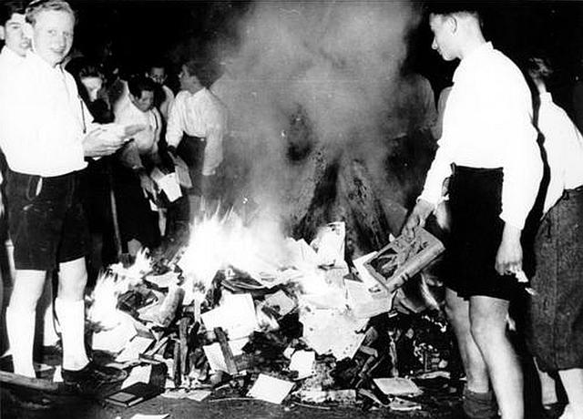 Los miembros del Partido Nazi, estudiantes, maestros y otros hacen una quema de libros escritos por judíos, miembros de la oposición política y la intelectualidad de vanguardia, durante una serie de manifestaciones públicas en Alemania.