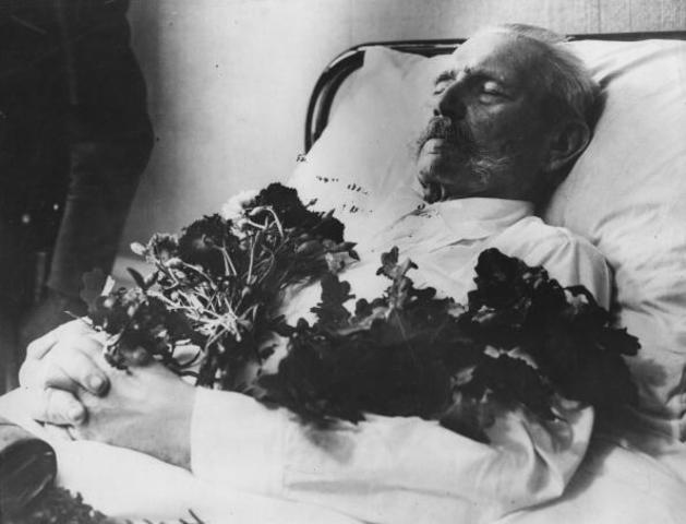 Paul von Hindenburg muere. Adolf Hitler es nombrado primer mandatario alemán y Comandante de las Fuerzas Armadas alemanas.