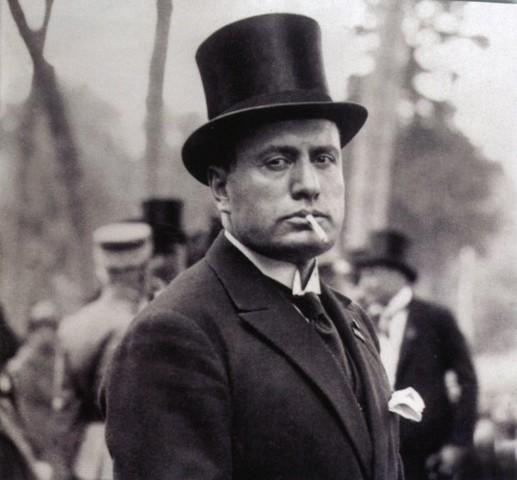 Mussolini y Laval firman el Pacto Franco-Italiano en Roma.