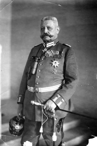 "El Presidente Paul von Hindenburg nombra a Adolf Hitler, líder del NSDAP (Nationalsozialistische Deutsche Arbeiterpartei o Partido Obrero Alemán Nacional Socialista), Primer Ministro (en alemán: Canciller del ""Reich"") de Alemania."