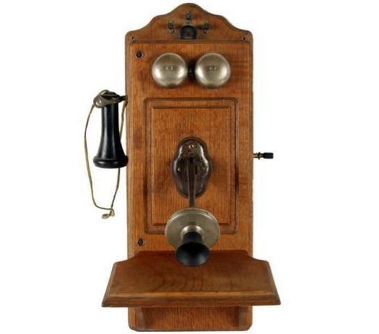 El escocés A. Graham Bell inventó el teléfono.