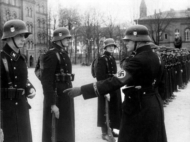 Se establece una división de la SS para vigilar los campos de concentración.