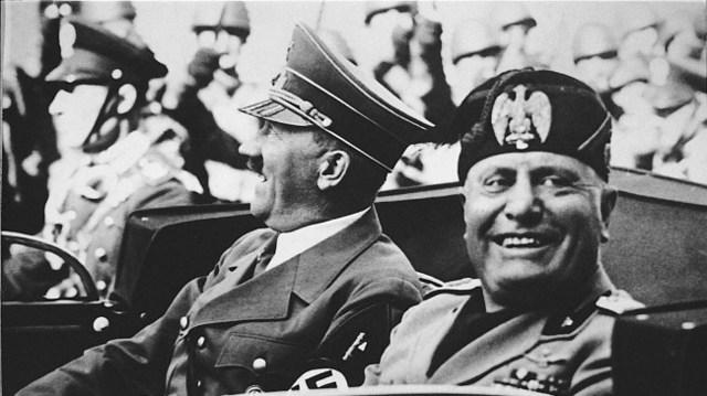 """Adolf Hitler y Mussolini forman el """"Eje Roma-Berlín""""."""