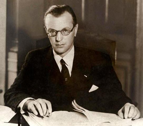 Por la insistencia de Adolf Hitler, Arthur Seyss-Inquart, un fanático nazi, es introducido en el gobierno austriaco ocupando la cartera de Interior.