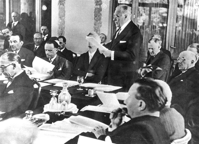 Conferencia internacional de Evian; Francia se niega a dar refugio a judíos alemanes. La discusión versa sobre las cuotas de inmigración para los refugiados que huyen de Alemania.