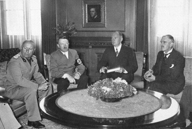 """Convenio de Munich (Alemania); Gran Bretaña y Francia aceptan a la división de Checoslovaquia y la anexión del """"Sudetenland"""" por parte de los nazis."""