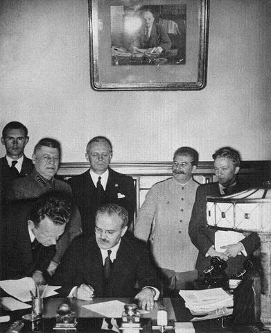 """Los gobiernos soviético y alemán firman el """"Pacto de No Agresión Molotov-Ribbentrop"""", en el que se comprometen a dividirse Europa oriental, incluyendo Polonia, los Países Bálticos de Lituania, Estonia y Latvia y partes de Rumanía."""