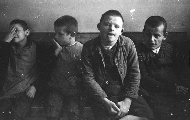 """En Septiembre de 1939 comienza la operación T4 que consiste en la eliminación de las """"vidas indignas de ser vividas""""; miles de enfermos psíquicos y físicos son asesinados. Se ordena el asesinato de los pacientes de las instituciones psiquiátricas polacas."""