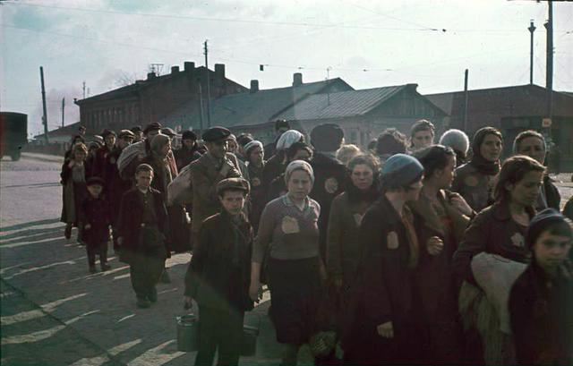 Las autoridades alemanas establecen un ghetto en Minsk, en los territorios soviéticos ocupados por los alemanes, y para el 25 de Julio ya han concentrado a todos los judíos de la zona en el ghetto.