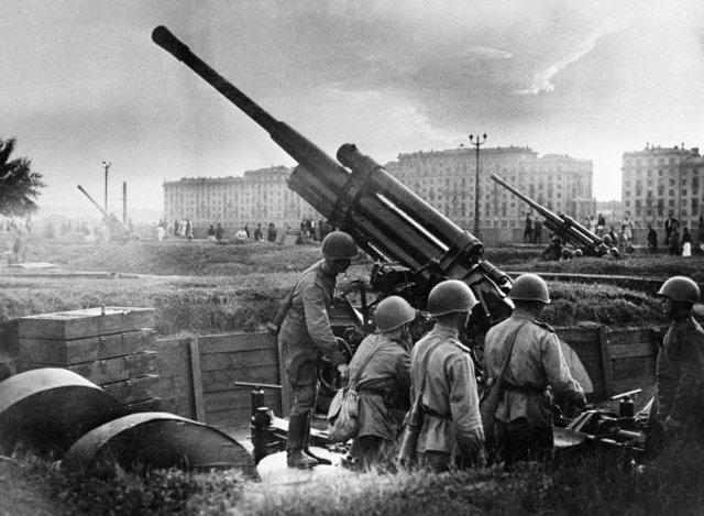 El ejército alemán llega a las puertas de Moscú (Rusia). Evacuación parcial de la capital de Rusia.