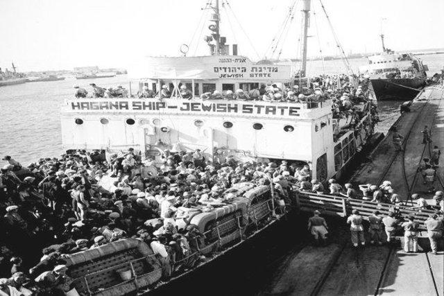 """El buque """"Struma"""" parte de Rumania a la Tierra de Israel con 769 pasajeros (colisionó con una mina y se hundió el 12 de Febrero de 1942). Murieron todos los pasajeros excepto un joven. Alemania e Italia declaran la guerra a los Estados Unidos."""