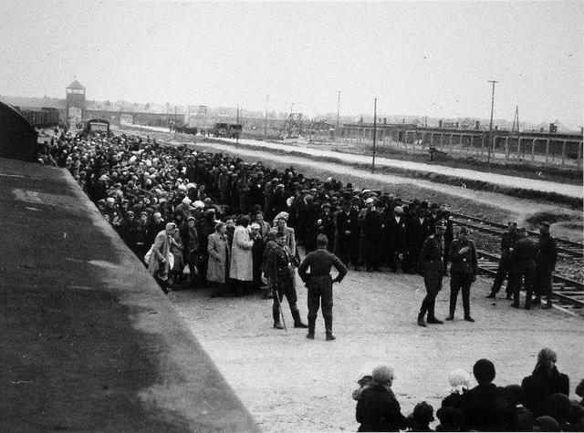 En Enero de 1942 comienzan los asesinatos masivos en el campo de exterminio de Auschwitz (Polonia). La SS informa de 229.052 judíos asesinados.