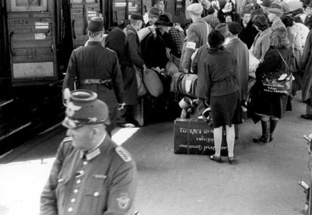 Deportación de 60.000 judíos de Eslovaquia en dos grupos a los campos de exterminio de Auschwitz y Majdanek (ambos en Polonia)