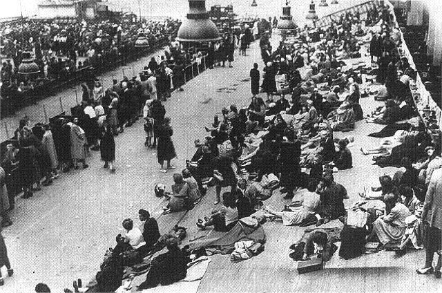 Comienzan las deportaciones sistemáticas de judíos franceses. A finales de Agosto de 1944 los alemanes han deportado a más de 75.000 judíos de Francia a campos en el Este, sobre todo a Auschwitz-Birkenau en la Polonia ocupada, donde la mayoría murieron.