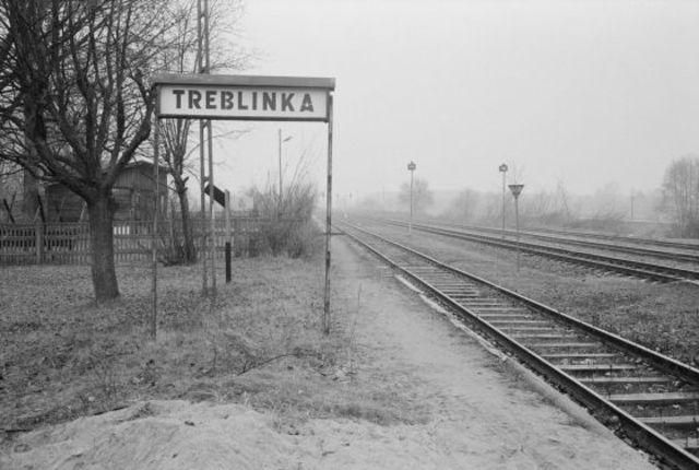 En Julio de 1942 comienza la deportación del ghetto de Varsovia al nuevo campo de exterminio de Treblinka (Polonia), el cual tenía 10 cámaras de gas, con capacidad para 200 personas cada una.