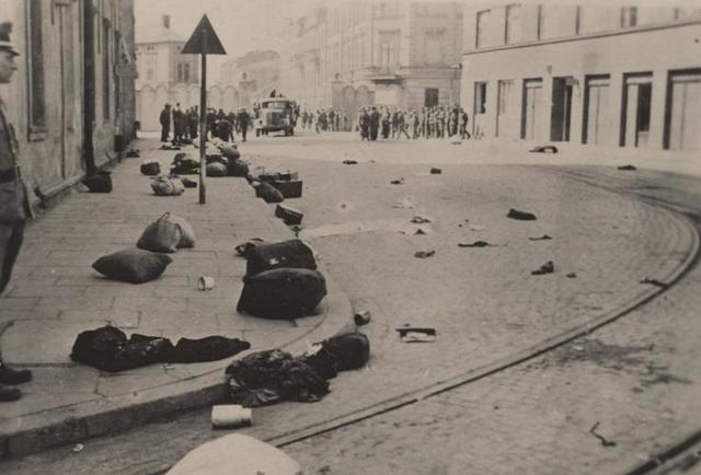 """Operaciones armadas de la """"Organización Combatiente Judía"""" en las calles de Cracovia (Polonia). Ataque a oficiales del ejército alemán."""