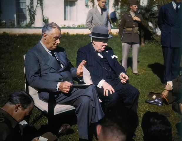 Se celebra una conferencia en Casablanca entre Churchill y Roosevelt por la que instan a Alemania, Italia y Japón a una rendición.