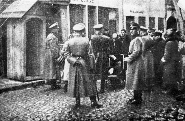 La SS ordena la deportación final de los judíos del ghetto de Vilna. La SS y las unidades de Policía en Vilna deportan a 4.000 judíos al campo de exterminio de Sobibor (Polonia) y evacuan a 3.700 aproximadamente a campos de trabajos forzados en Estonia.