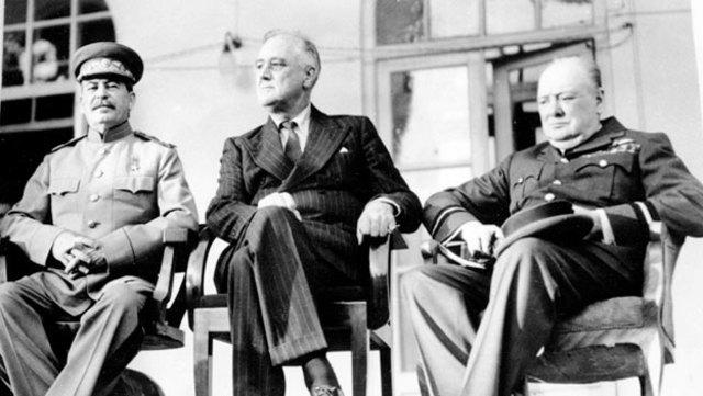 Conferencia de Teherán; entrevista entre Roosevelt, Stalin y Churchill.