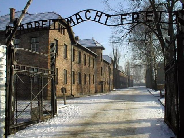En Abril de 1944 algunos hombres consiguen escapar del campo de exterminio de Auschwitz (Polonia) y llegar a salvo Checoslovaquia y Eslovaquia, desde donde remiten informes al Vaticano.