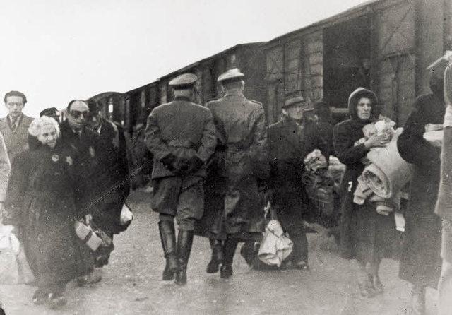 Comienzo de la deportación de los judíos de Hungría al campo de exterminio de Auschwitz (Polonia). Hasta el 27 de Junio se remitió a ese lugar a 476.000 personas, muriendo inmediatamente la mutad de ellos.
