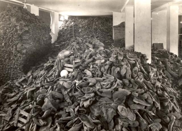 En Junio de 1944 el campo de exterminio de Auschwitz-Birkenau (Polonia) llega a su récord más alto de personas gaseadas diariamente: 9.000. Ante la incapacidad de los crematorios se abren 6 fosas comunes para quemar los cuerpos.