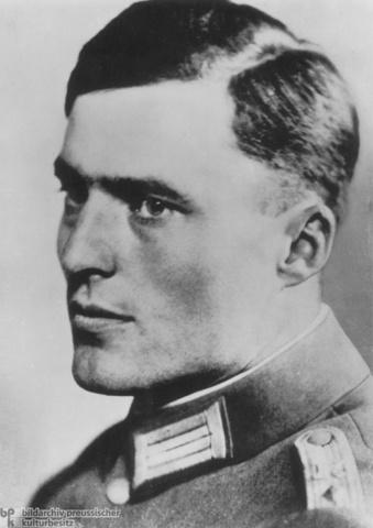 Tentativa de un grupo de oficiales alemanes, dirigidos por Klaus von Stauffenberg, contra la vida de Adolf Hitler colocándole una bomba en su propio Cuartel General de Lublin (Polonia)