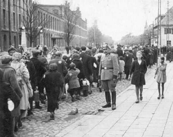 Del 7 al 30 de Agosto de 1944, el último ghetto de Polonia, el de Lodz, es liquidado y sus 60.000 ocupantes son enviados al campo de exterminio de Auschwitz (Polonia)