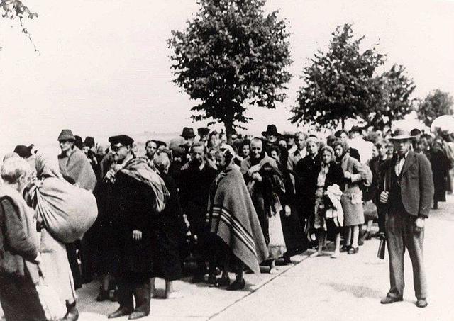 En Noviembre de 1944 la SS obliga a 25.000 judíos a caminar 170 kilómetros bajo lluvia y nieve desde Budapest (Hungría) hasta la frontera austriaca, seguidos por una segunda tanda de 50.000 personas que terminaron en el campo de Mauthausen (Austria)
