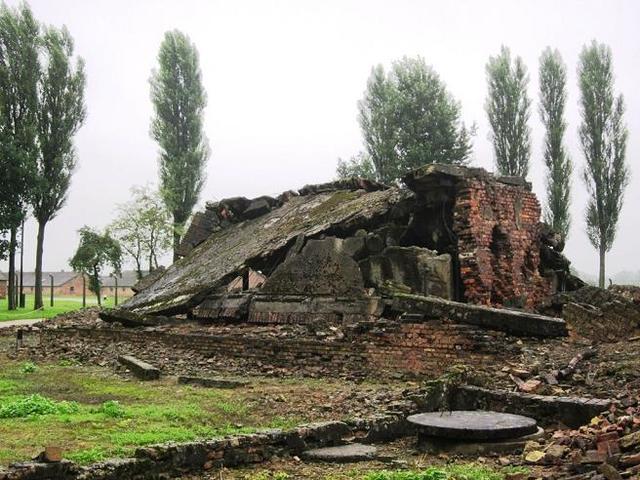 La SS empieza a destruir las cámaras de gas y los crematorios en Auschwitz-Birkenau.