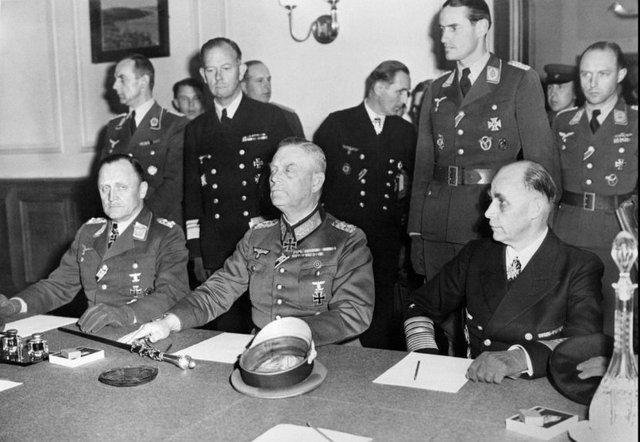 Claudicación del III Reich, Alemania se rinde a los Aliados de forma incondicional.