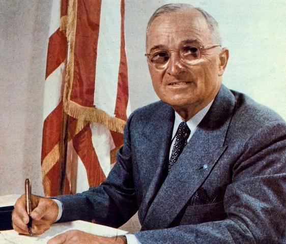 El presidente Harry S. Truman emite una directiva en la que se determina que los refugiados tendrán preferencia en recibir visados bajo la existente cuota restrictiva de inmigración a los Estados Unidos.