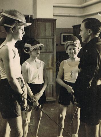 El Liderazgo de las Juventudes del Reich prohíbe que los grupos de jóvenes judíos alemanes vistan uniformes.