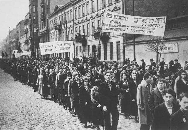 Huelga general de los judíos de Polonia, en protesta contra el antisemitismo.