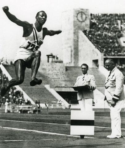 """Jesse Owens, """"el humano más rápido del mundo"""", cosechó cuatro medallas de oro y se transformó en el héroe de las Olimpíadas de Munich. En el salto de longitud alcanzó los 8,13 metros, lo que constituyó un récord olímpico."""
