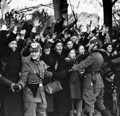 """El III Reich decreta la anexión de Austria, donde introducen las leyes racistas. A esta anexión se le conoce como """"Anschluss""""."""