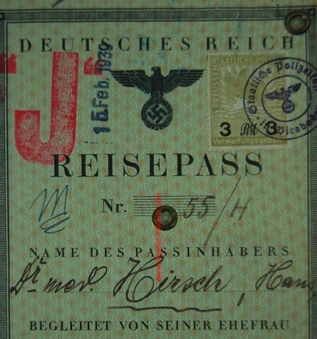 """Los pasaportes de los judíos son marcados con una """"J""""."""