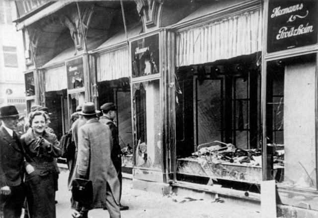 La noche del 9 al 10 de Noviembre  de 1938 se produjo una brutal agresión a escala nacional contra los judíos, sus casas, negocios y sinagogas.
