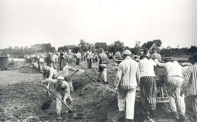 """Se promulga la ley de """"arianización"""", es decir, la expropiación de todas las empresas de propiedad judía. Se abre el subcampo de concentración de Neuengamme (Alemania)"""