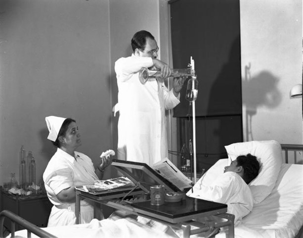 """En Octubre de 1939 los nazis comienzan a practicar la eutanasia en enfermos y discapacitados en Alemania. Hitler ordena matar a los alemanes declarados """"incurables"""" por los nazis y por lo tanto """"no merecedores de la vida""""."""
