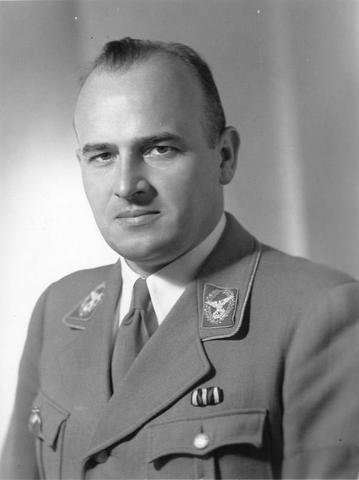 Orden de Hans Frank de crear el Judenrat en el Gobierno General. Creación del primer ghetto en Polonia, en la ciudad de Pioterkov.
