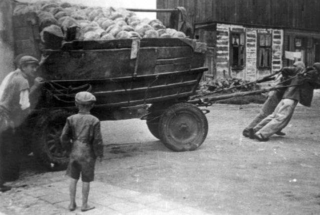 Las autoridades alemanas ordenan que el ghetto de Lodz sea cerrado, dejando a unas 160.000 personas en él. Desde ese momento todos los judíos que vivían en Lodz tenían que residir en el ghetto y no lo podían abandonar sin autorización alemana.