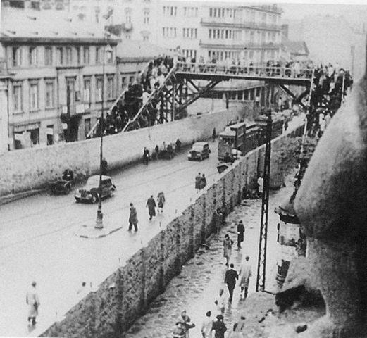 Se establece el ghetto de Varsovia (Polonia). Era el ghetto mas grande tanto en área como en población. Los alemanes confinaron en un 2,4% del área total de la ciudad a más de 350.000 judíos, alrededor del 30% de la población de la ciudad.