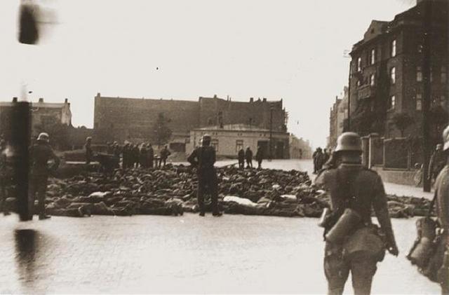 """Del 20 al 24 de Noviembre de 1940 se produce la adhesión de Hungría, Rumania y Eslovaquia al """"Eje Berlín -Roma-Tokio"""". Son aislados los ghettos de Cracovia (en Polonia y con 70.000 judíos en su interior) y Varsovia (Polonia) con 400.000."""